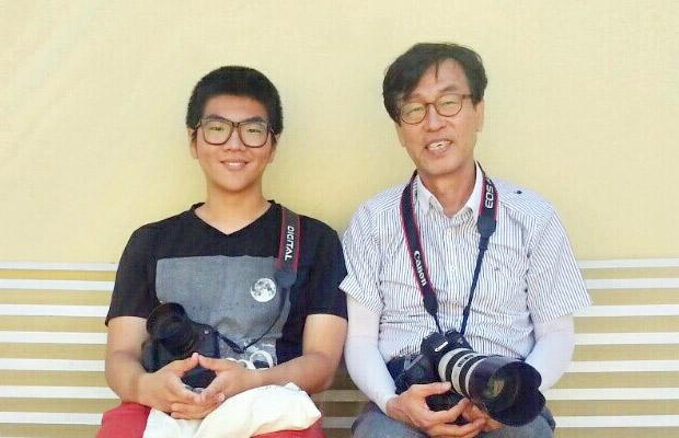 ▲ ヒョンシク君とメンターのキム・ヒョンタク氏(ソウルホソ芸術実用専門学校、前KBS 映像制作局長)