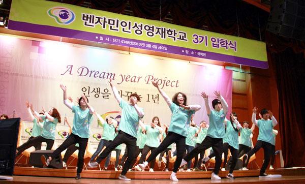 ▲ダンスパフォーマンスをする生徒たち(前列:黒のニット帽が玲生くん)