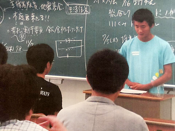 「ベンジャミン日韓共同徒歩プロジェクト」に参加した木庭大晴君。休学中の高校のホームルームで、日韓共同プロジェクトの報告をしました。