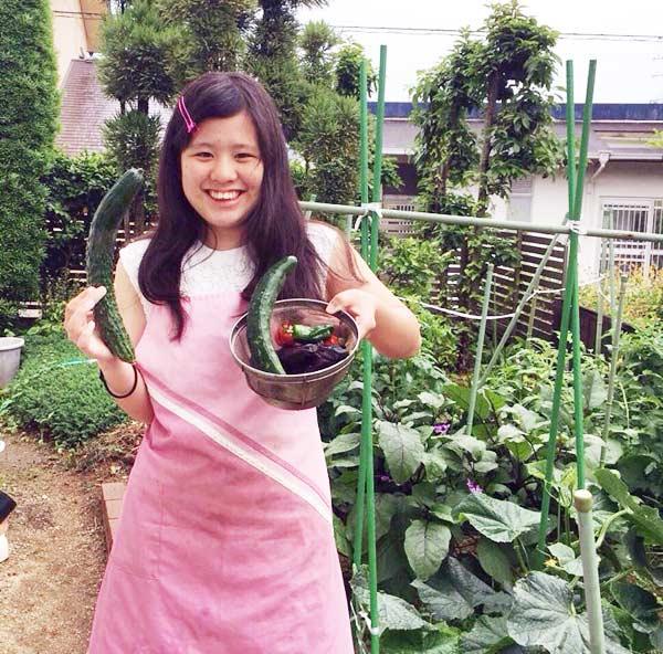 ▲日本ベンジャミン学校で活動する池上茉莉香さん(16)。自宅の庭で野菜を育て、収穫した。