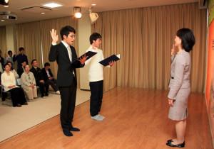 ▲入学宣誓と地球経営宣言文を力強く読み上げる新入生たち