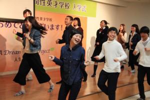 ▲楽しくダンスパフォーマンスをする新入生たち